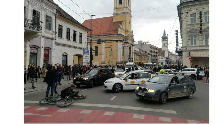 Foto Video. S-a încheiat protestul #șîeu. Cum a fost la Cluj, Brașov, București, Iași, Sibiu. Oamenii au claxonat, au aplaudat, au strigat #șîeu 1
