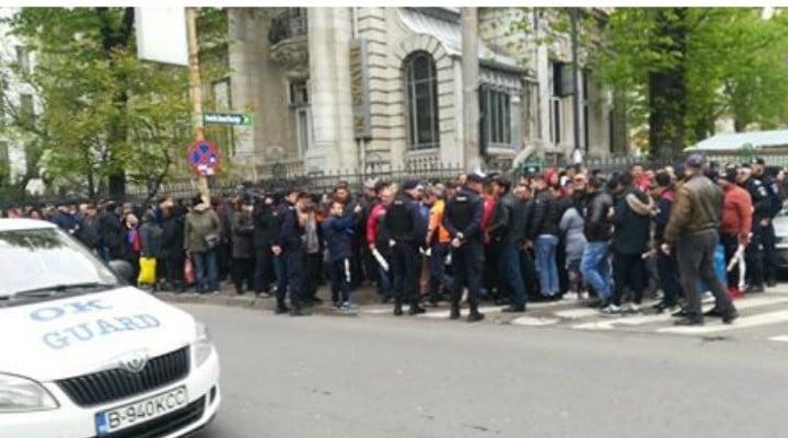 """(Video) Liviu Dragnea apărat la Tribunal de sute de susținători! Protestatarii au adus cu ei un ceas, catuse si o fotografie cu Liviu Dragnea pe care scrie """"condamnat"""" 2"""
