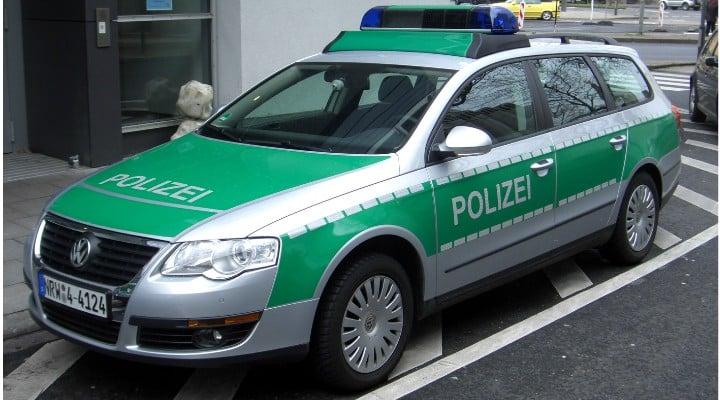 Prietenește. Doi români din Germania rupţi de beţi lângă o maşină intrată în copac, au zis unul despre altul că celălalt era la volan 1