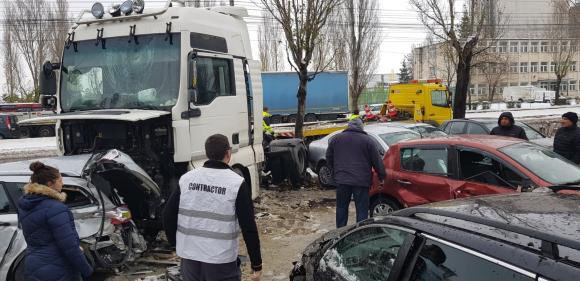 """(Foto) Cel mai """"tare"""" șofer din România? A intrat cu TIR-ul în 9 mașini parcate pe un bulevard 1"""