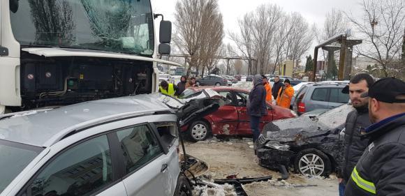 """(Foto) Cel mai """"tare"""" șofer din România? A intrat cu TIR-ul în 9 mașini parcate pe un bulevard 2"""