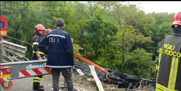 (Foto) Accident grav. Români într-un autocar cu 60 de persoane răsturnat în Italia. Autobuzul cu doua etaje a căzut într-o râpă 3