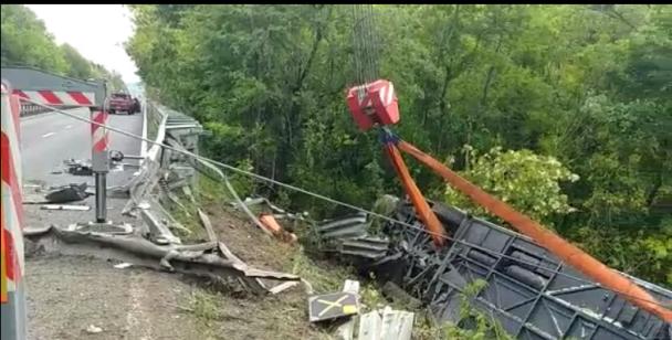 (Foto) Accident grav. Români într-un autocar cu 60 de persoane răsturnat în Italia. Autobuzul cu doua etaje a căzut într-o râpă 2