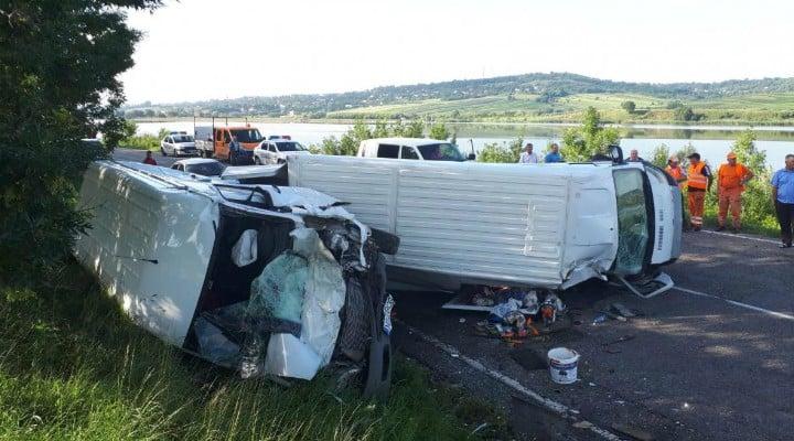 (Foto) Accident violent! 7 răniți! Două microbuze de transport persoane, un TIR şi o maşină s-au ciocnit pe DN 2 2