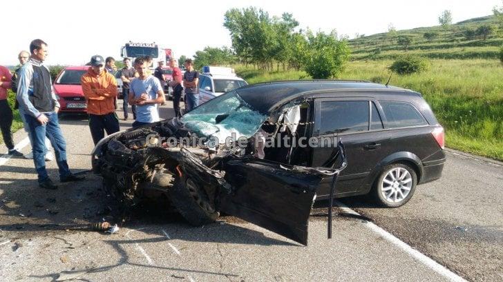 (Foto) Accident violent! 7 răniți! Două microbuze de transport persoane, un TIR şi o maşină s-au ciocnit pe DN 2 4