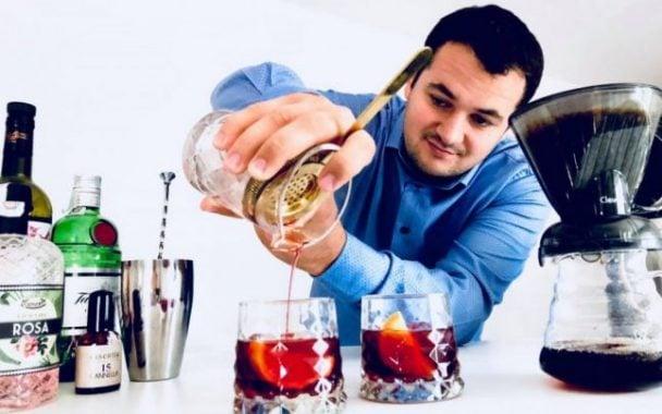 """FELICITĂRI! Român campion în Italia, printre cei mai buni din lume la preparat cocktailuri pe bază de cafea. """"Le-am spus aşa: ţara mea este România şi că amintirea mea cea mai frumoasă este legată de verile călduroase ale Transilvaniei. În acel moment i-am rugat pe juraţi să îşi imagineze că ..."""" 1"""