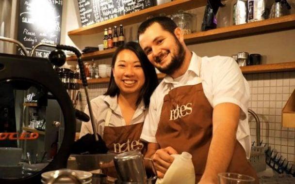 """FELICITĂRI! Român campion în Italia, printre cei mai buni din lume la preparat cocktailuri pe bază de cafea. """"Le-am spus aşa: ţara mea este România şi că amintirea mea cea mai frumoasă este legată de verile călduroase ale Transilvaniei. În acel moment i-am rugat pe juraţi să îşi imagineze că ..."""" 3"""