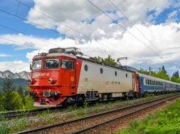 """Studenții din România, fără gratuitate pe tren? Nu mai sunt bani de pensii? Andrei: """"Da! Aș vrea să plătesc pentru un bilet de tren în care să nu am întârziere 2 ore sau mai mult, în care să am propria liniște și minimul confort necesar. Da, aș plăti pentru acel bilet de tren când voi vedea măcar o dorința de a ..."""" 4"""