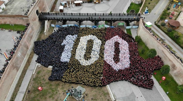 (Video) 4800 de români au cântat imnul la unison. RECORD MONDIAL la  ALBA IULIA! Puzzle cu peste 4800 de oameni, așezați în forma hărții României 2