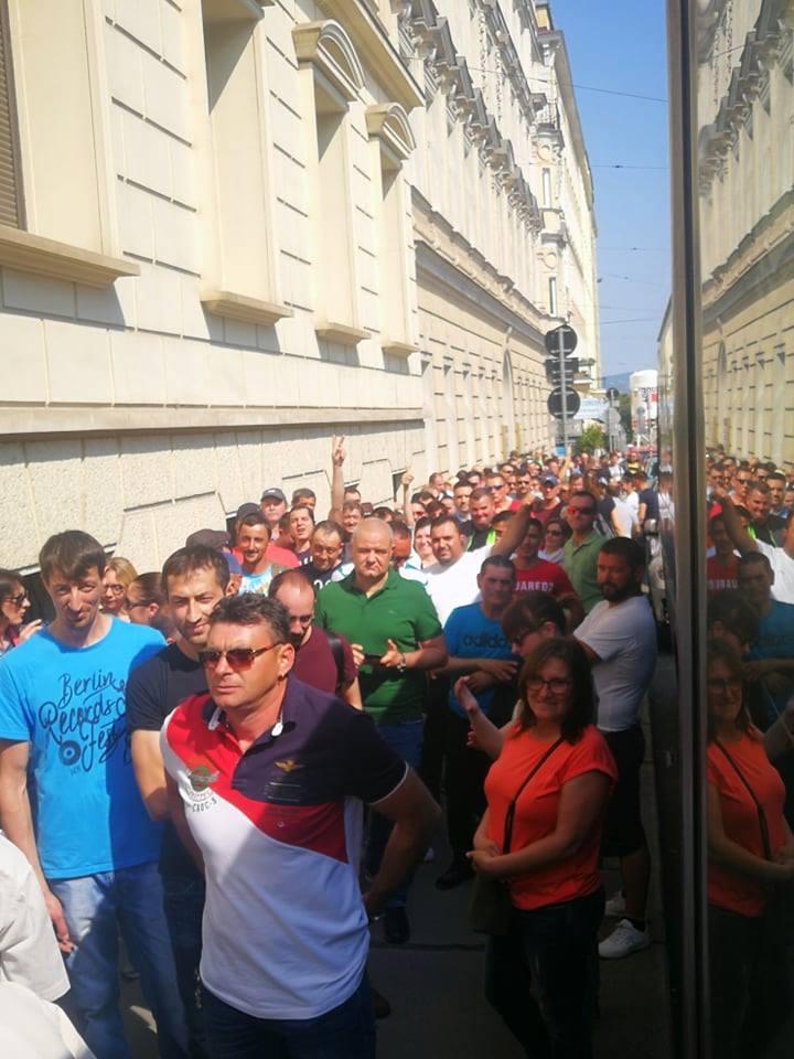"""(Foto) Viață de român la vot în Diaspora. Ciprian Mihali: """"Mâncăm ce apucăm, magazinele din preajma ambasadei s-au golit, oamenii împart cu cei din preajma lor apă, fructe, biscuiți. Picioarele ne ustură îngrozitor, dar nu ne lăsăm. Doar bateriile la telefon cedează. Oamenii aceștia ..."""" 2"""
