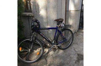 """USR-istul Iulian Bulai s-a dus cu bicicleta la consultările cu Iohannis, dar nu a fost lăsat să intre cu ea în curtea Palatului. Jandarmul i-a cerut să vină doar cu mașina! """"Ajung la intrarea Leu la Cotroceni. Mă întâmpină un jandarm SPP: îi zic că am venit să ..."""" 9"""