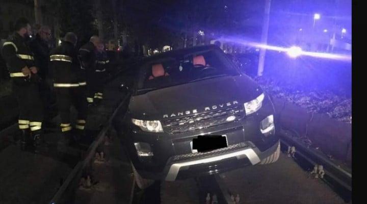 (Foto) O şoferiţă româncă talentată  a condus în Italia pe contrasens şi a rămas înţepenită cu SUV-ul pe șinele tramvaiului 1