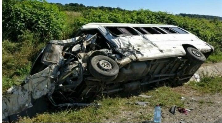 Accident grav 5 români răniţi în Slovacia, după ce un microbuz din România s-a lovit cu un camion 1