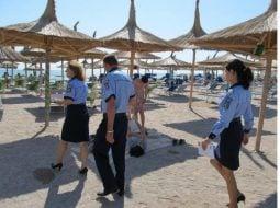 """Emanuela Turcu: """"Plaja unde merg eu aproape de fiecare dată când ajung la mare, în România, pentru 2-3 zile, e un loc foarte sigur. E plinä de polițişti...Ăia care se plimbă câte doi pe plajă sunt de la Ordine Publică...Cei care au fluier la gât sau la breloc, sigur sunt de la Rutieră....Dacă scoți vreun pachețel cu plante sau praf alb gen bicarbonat de sodiu din poşetă şi tresare vreunul, e de la Antidrog. Mai este şi specimenul care ..."""" 6"""