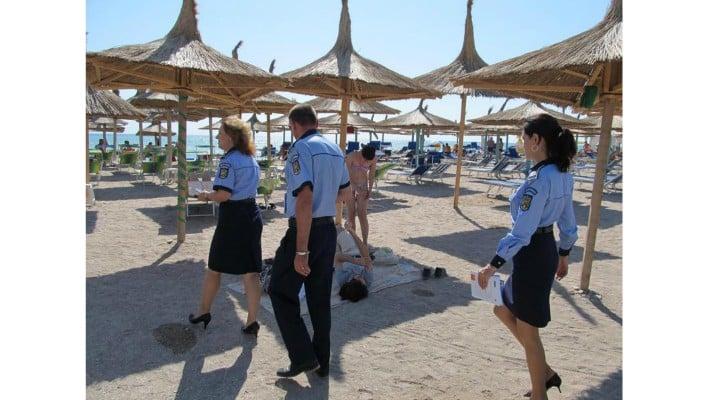 """Emanuela Turcu: """"Plaja unde merg eu aproape de fiecare dată când ajung la mare, în România, pentru 2-3 zile, e un loc foarte sigur. E plinä de polițişti...Ăia care se plimbă câte doi pe plajă sunt de la Ordine Publică...Cei care au fluier la gât sau la breloc, sigur sunt de la Rutieră....Dacă scoți vreun pachețel cu plante sau praf alb gen bicarbonat de sodiu din poşetă şi tresare vreunul, e de la Antidrog. Mai este şi specimenul care ..."""" 1"""