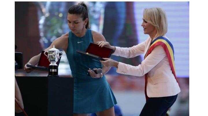 """Ce diferență! Silviu Dancu: """"Simona Halep e credincioasă, își face semnul crucii după meciuri. Îi mulțumește lui Dumnezeu pentru victorii. Vorbește despre patriotism și despre poporul român. A fost aplaudată... Firea o arde cu patriotismul. Și cu credința în Dumnezeu. A fost huiduită din peluze, la ..."""" 1"""