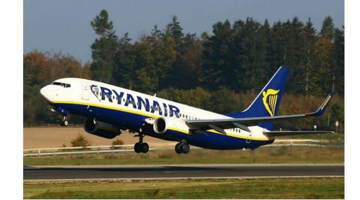 Panică! Un român a vrut să deschidă ușa avionului, înainte de aterizare.  Inclusiv căpitanul, a intervenit pentru a-l imobiliza pe român, recurgând inclusiv la bătaie 1