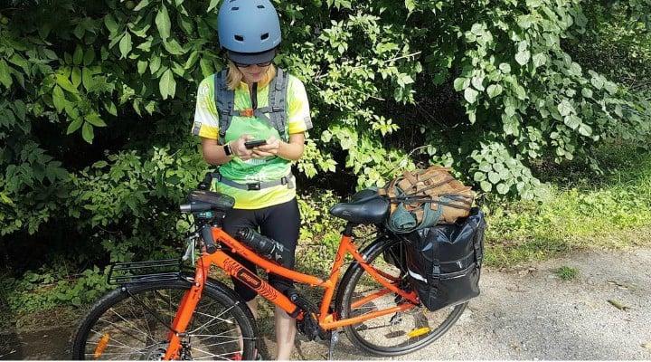 """Ana Munteanu, pe bicicletă la Electric Castle (Cluj): """"Astăzi m-am supărat foarte tare pentru că am descoperit o Românie frumoasă, dar și o Românie nepăsătoare!  bicicliștii nu sunt protejați de caroserii puternice, caii noștri putere sunt mușchii de la picioare, iar o secundă de neatenție venită din partea unui șofer grăbit ne poate curma viața!  Nu mă dau bătută, mâine voi continua drumul la ..."""" 1"""