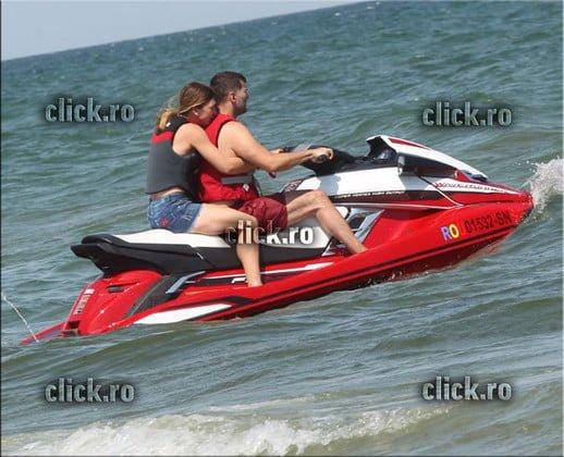 (Foto) Simona Halep indragostită. Fotografiată pe plajă sărutându-se cu noul său iubit 1