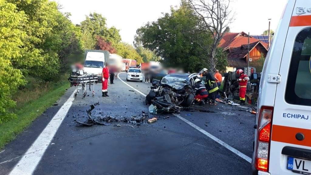 (Foto) Accident Grav. Doi morți după ce două autoturisme și un TIR s-au ciocnit pe Valea Oltului 7