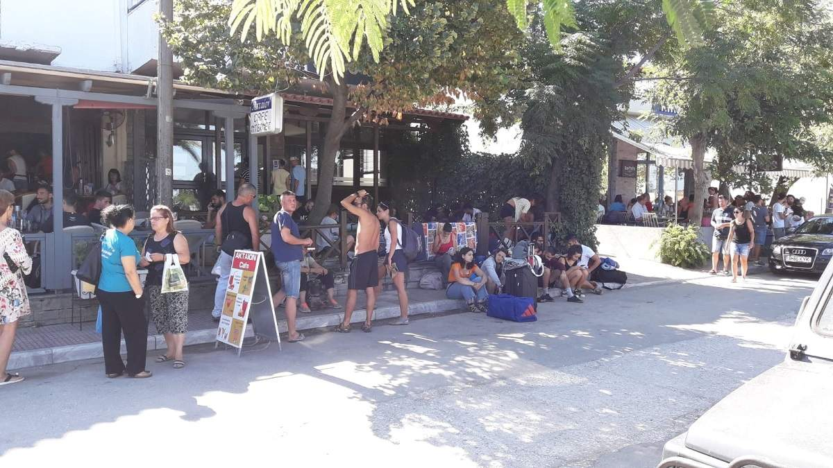 """(Foto) Sute de români sunt blocaţi de două zile pe o insulă din Grecia, dorm pe jos sau în maşini. """"Sunt familii cu copii mici care stau in mașini, prin fața teraselor și a magazinelor de peste 24 ore. Nici un ..."""" 2"""