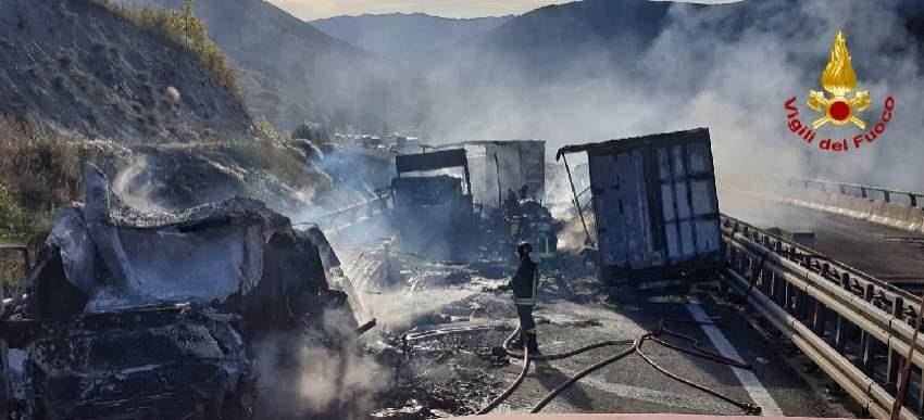 (Foto) Şofer român de TIR salvat din cabina în flăcări, în Italia. Un alt român e rănit, 3 camioane distruse 1