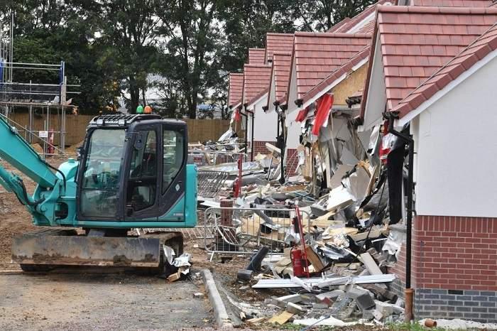 """(Foto) Românul din Marea Britanie care a distrus cu excavatorul case în valoare de 4 milioane de lire, la Londra, a pledat nevinovat: """"Râdea şi făcea poze"""" 3"""