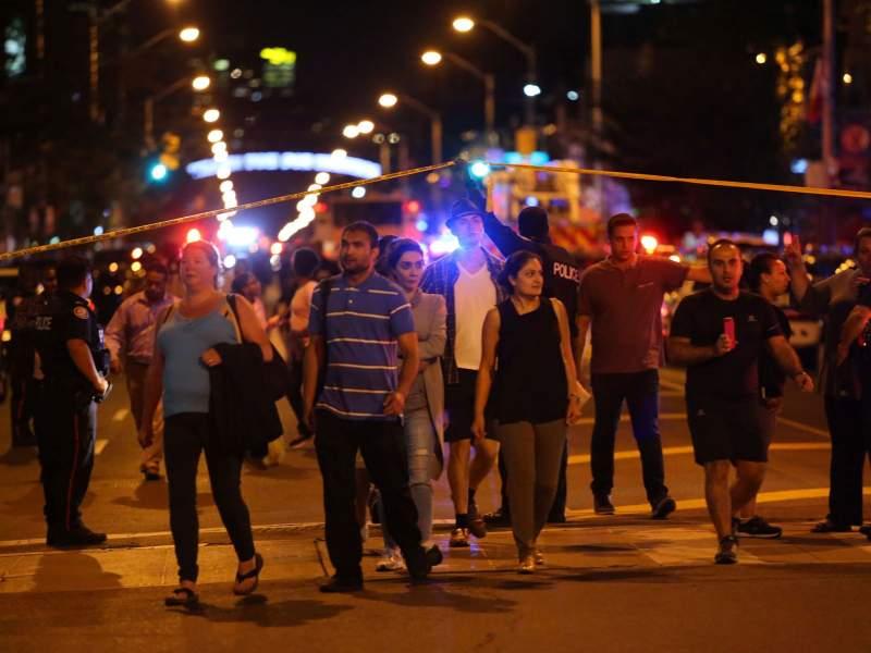 Atac armat în Canada! Cel puţin 10 oameni, între care şi un copil, împuşcaţi în faţa unui restaurant din Toronto 3