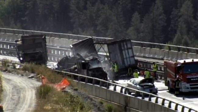 (Foto) Şofer român de TIR salvat din cabina în flăcări, în Italia. Un alt român e rănit, 3 camioane distruse 2