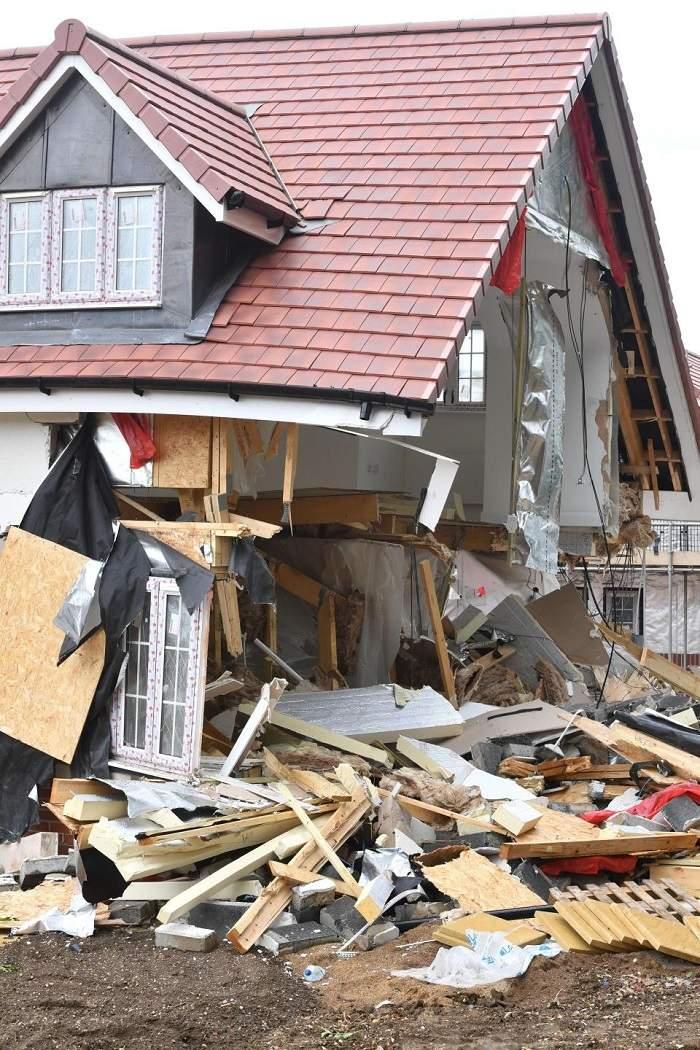 """(Foto) Românul din Marea Britanie care a distrus cu excavatorul case în valoare de 4 milioane de lire, la Londra, a pledat nevinovat: """"Râdea şi făcea poze"""" 2"""