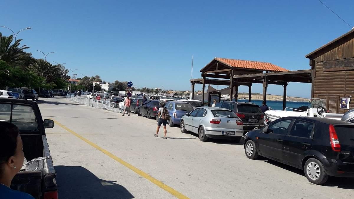 """(Foto) Sute de români sunt blocaţi de două zile pe o insulă din Grecia, dorm pe jos sau în maşini. """"Sunt familii cu copii mici care stau in mașini, prin fața teraselor și a magazinelor de peste 24 ore. Nici un ..."""" 4"""