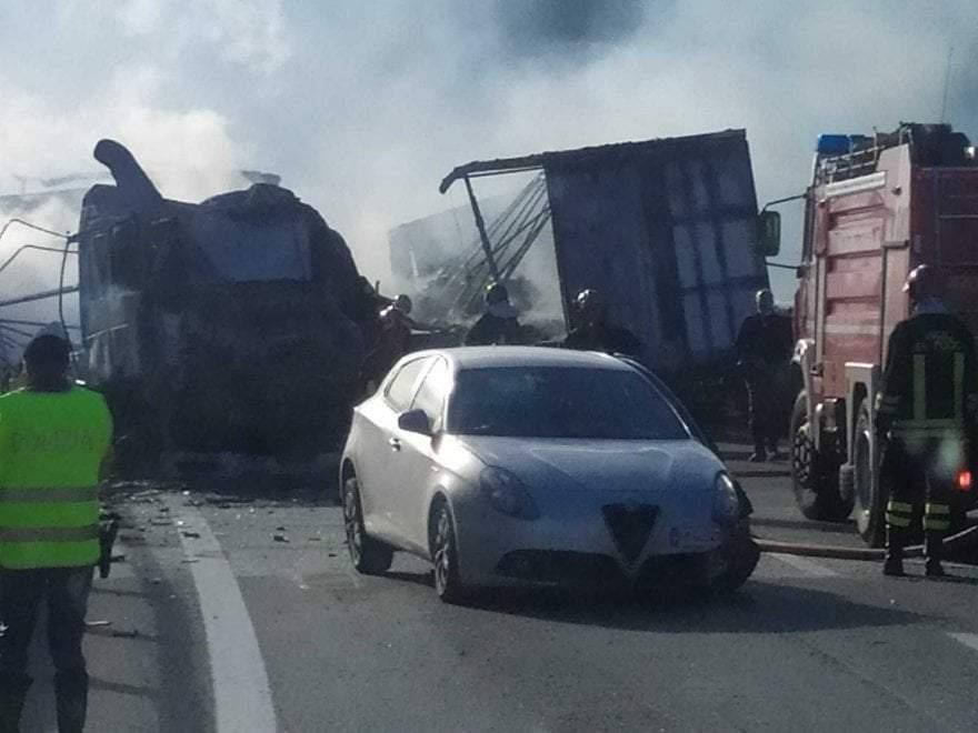 (Foto) Şofer român de TIR salvat din cabina în flăcări, în Italia. Un alt român e rănit, 3 camioane distruse 3