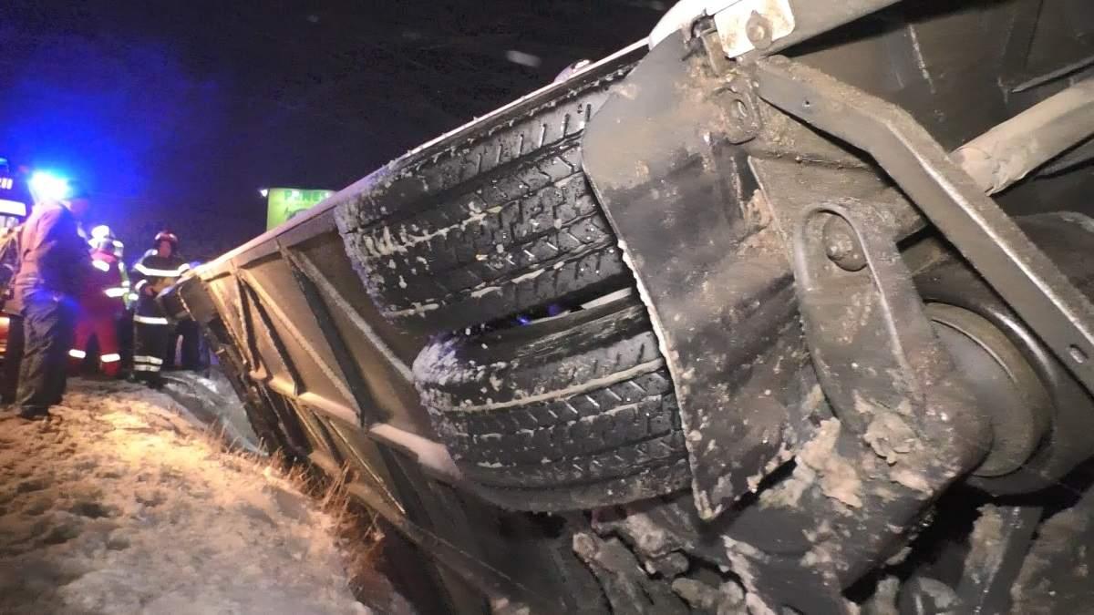 (Foto/Video) Accident grav. Un autocar cu 25 de persoane s-a răsturnat pe DN1 3