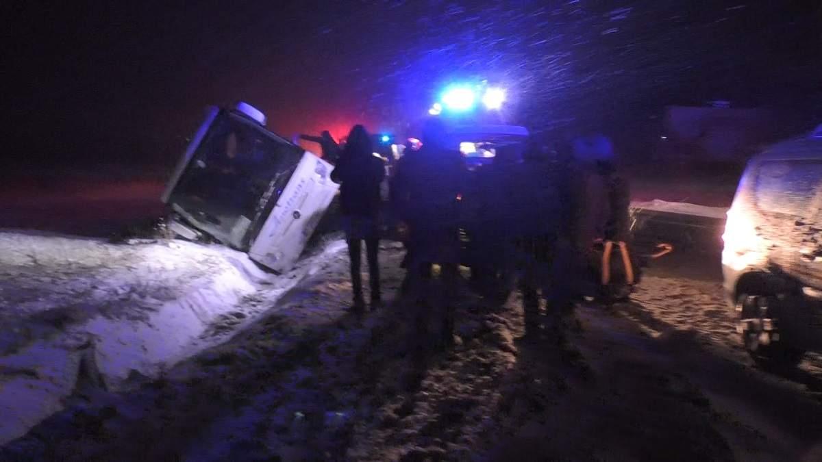 (Foto/Video) Accident grav. Un autocar cu 25 de persoane s-a răsturnat pe DN1 4