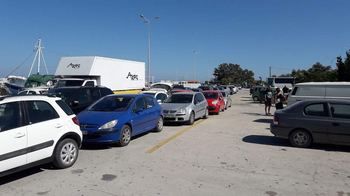 """(Foto) Sute de români sunt blocaţi de două zile pe o insulă din Grecia, dorm pe jos sau în maşini. """"Sunt familii cu copii mici care stau in mașini, prin fața teraselor și a magazinelor de peste 24 ore. Nici un ..."""" 6"""