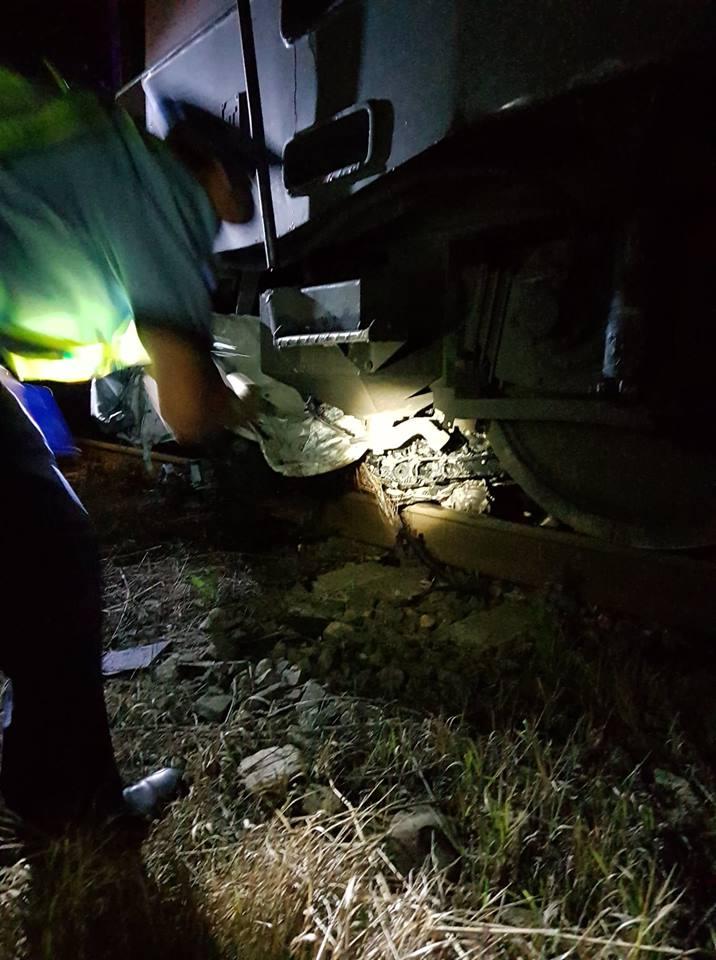 (Foto) Update. Accident ca-n filme: două mașini s-au tamponat pe DN 17, una a zburat pe linia ferată  și a fost lovită de locomotiva unui tren accelerat. 4 persoane rănite 4
