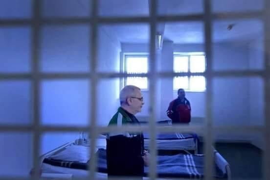 """Specialist despre """"poza"""" lui Liviu Dragnea din închisoare. """"Lumina din spatele lui (n.r. Liviu Dragnea) nu se justifică, ar fi trebuit să aibă o sursă de lumină în încăpere. De asemenea, detaliile pe fața ..."""" 1"""