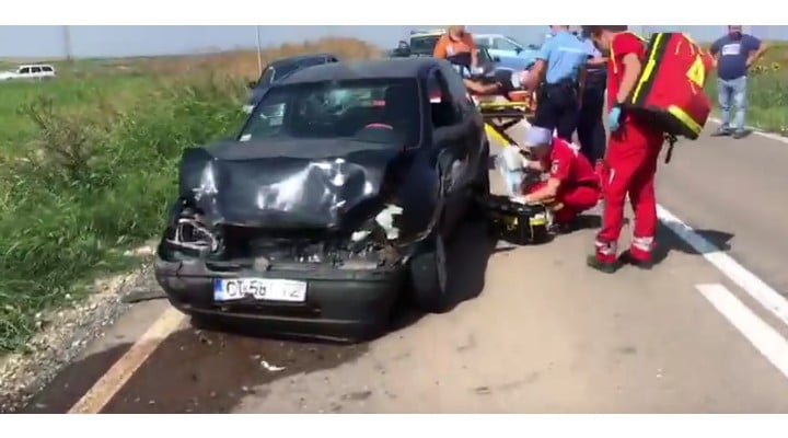 Foto Accident. Oameni întinși pe câmp după ce un șofer de TIR a oprit brusc pe șosea, pe DN 38 8
