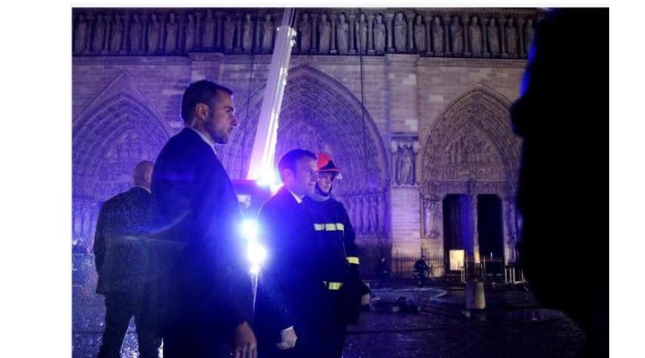 (Foto) Incendiu la Notre-Dame aproape stins. Primele ipoteze și Primele imagini din interiorul Catedralei. Ce a putut fi salvat 4
