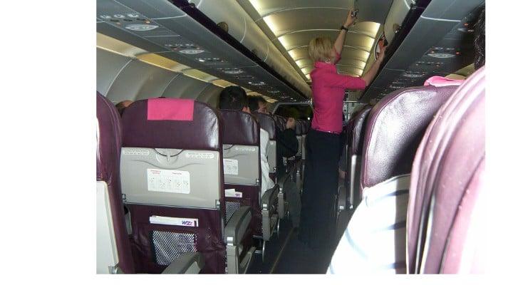 """Cristian Ştefănescu: """"Și de data aia Wizz Air întârziase. Vreo oră, așa ...când ne pregăteam să decolăm, i-am ieșit prea mulți stewardesei care ne-a numărat. Pe rândul de la ușa de avarie stătea o englezoaică, mamă, cu puiuțul în brațe. Știa și ceva română. Urcase din greșeală în zborul de Gatwick în locul zborului de Luton, programat la aceeași oră, de la poarta de alături. Au încercat cu vorba bună să-i explice femeii că ..."""" 1"""