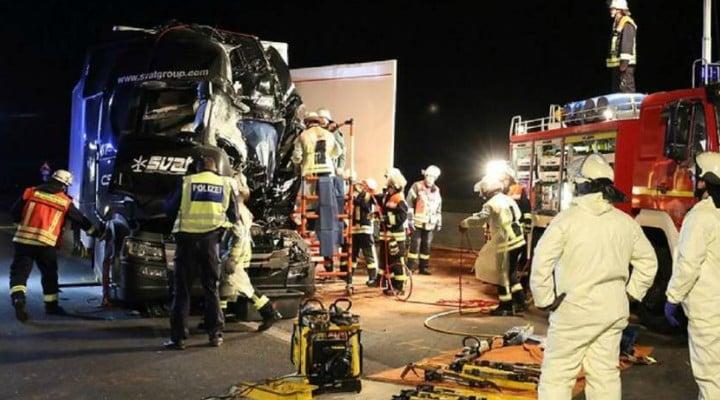 Foto Accident Un şofer român de TIR a murit strivit în cabină, pe o autostradă în Germania. Accident cu 4 camioane 3