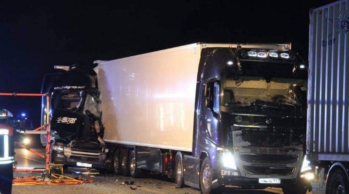 Foto Accident Un şofer român de TIR a murit strivit în cabină, pe o autostradă în Germania. Accident cu 4 camioane 2
