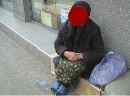 """Român din Italia: """"După multi ani am fost in România iarna. Am plecat cu depresie...Iarna realizezi cat este lumea de amărâtă câtă sărăcie e in tara aia. Vezi oameni bătrâni cerșind in fata covrigăriilor, gecile unora sunt din anii '90, bărbați cu pantofi de vara sau """"adidași"""" pe o zăpadă de 1 m, copii cu """"teniși"""" in picioare la -8 grade...oameni triști, trafic ca la balamuc, mizerie.....ferească sfântul sa ai nevoie de ceva de la ..."""" 19"""
