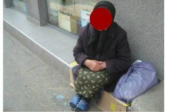 """Român din Italia: """"După multi ani am fost in România iarna. Am plecat cu depresie...Iarna realizezi cat este lumea de amărâtă câtă sărăcie e in tara aia. Vezi oameni bătrâni cerșind in fata covrigăriilor, gecile unora sunt din anii '90, bărbați cu pantofi de vara sau """"adidași"""" pe o zăpadă de 1 m, copii cu """"teniși"""" in picioare la -8 grade...oameni triști, trafic ca la balamuc, mizerie.....ferească sfântul sa ai nevoie de ceva de la ..."""" 4"""