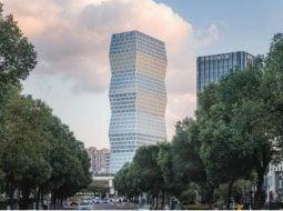 """(Foto) Clădire din China inspirată după """"Coloana Infinitului"""" a lui Constantin Brâncuși.  Turnul se manifestă ca un obelisc cu un profil zig-zag în formă de diagonală 4"""