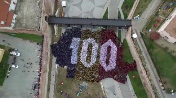 (Video) 4800 de români au cântat imnul la unison. RECORD MONDIAL la  ALBA IULIA! Puzzle cu peste 4800 de oameni, așezați în forma hărții României 3