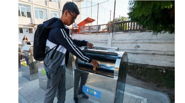 (Foto) Orașul din România unde în școli au fost montate platforme îngropate pentru colectarea deșeurilor menajere în mod selectiv 1