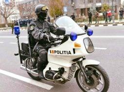 """Poliția Română: """"Eram cu motocicleta de poliție...Am observat cum o mașină, condusă de o femeie, a trecut de pe banda 2 pe banda 3, aproape atingându-mă, apoi a intrat pe contrasens.După ce s-a lovit de bordură și a ricoșat într-un autoturism ce se afla în mers, mașina femeii s-a oprit.M-am dus la ea. Era..."""" 48"""