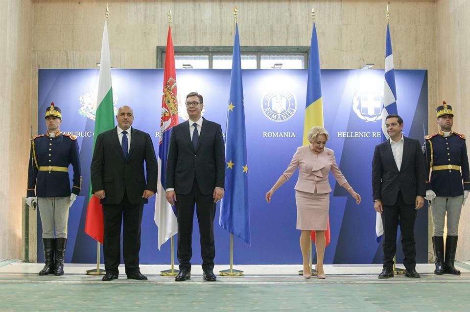"""(Foto) Viorica Dăncilă, vedetă din nou pe Facebook! Sebastian Lazaroiu: """"Eu simt așa...  PSD nu se aștepta ca Dăncilă să fie atât de tută.  S-o trimită acasă acum? E prea târziu...  Și-atunci o folosesc spre ..."""" 6"""