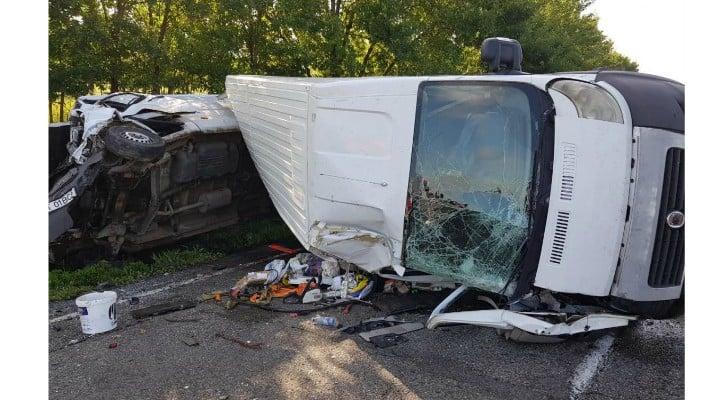 (Foto) Accident violent! 7 răniți! Două microbuze de transport persoane, un TIR şi o maşină s-au ciocnit pe DN 2 3